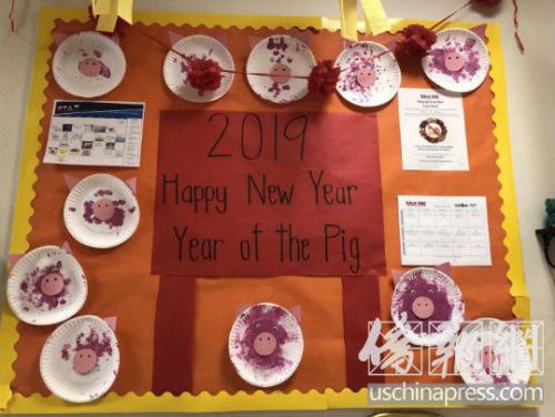 西米谷幼儿园小朋友制作的猪年手工装饰.(美国《侨报》/翁羽 摄)